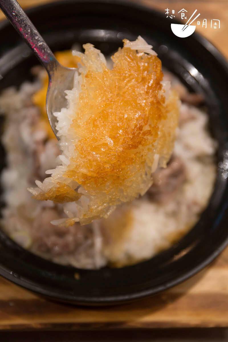 用銀匙羹便能輕易舀起的飯焦,金黃脆薄,沒有半點焦黑。
