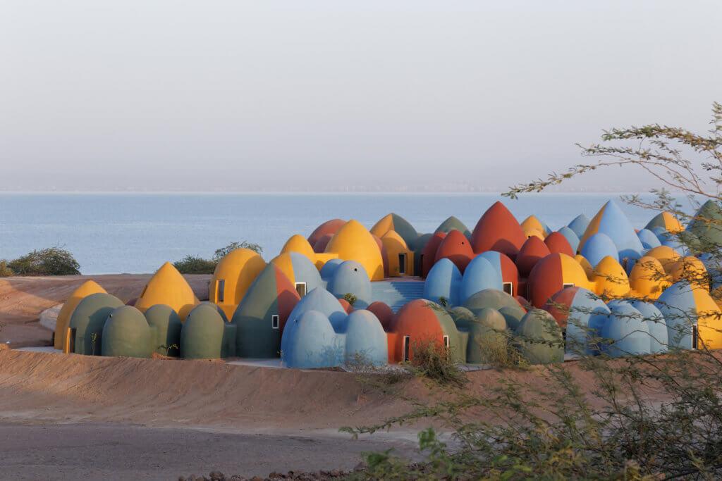 蛋形建築面朝大海,色彩鮮明卻不落俗艷。