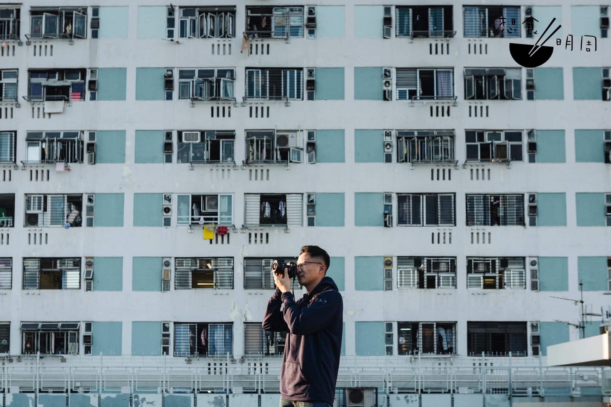 80後攝影師梁瑋鑫(William)是《香港公共屋邨圖片集》的版主,曾出版攝影集《邨越時光— 一種屋邨情懷》。他專注於記錄影人與屋邨的關係,總是要耐心地等,等理想的構圖出現,等一切微小卻有共鳴之事物的出現。