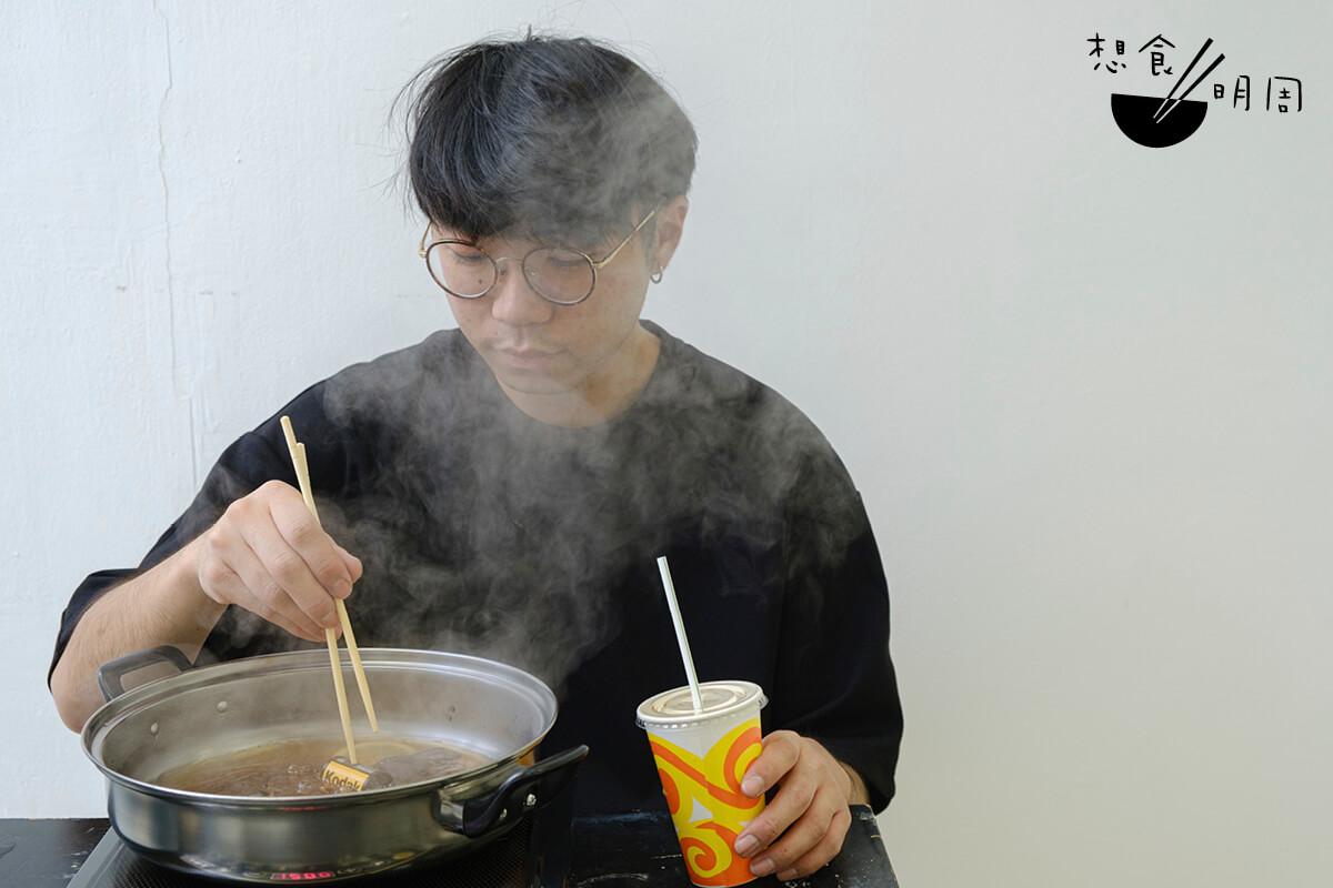 Charles因為在沖曬店兼職而開始接觸菲林沖洗,最近還開班教授手沖菲林和Film soup。