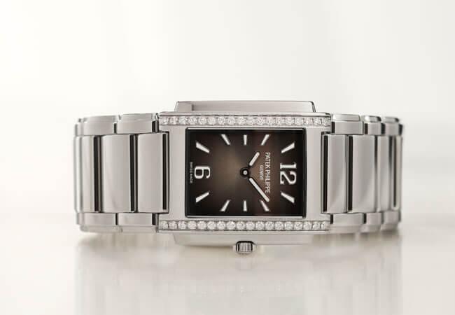 PATEK PHILIPPE Twenty~4 (4910/1200A-001) 約$107,000 從一九九九年問世到現在的Twenty~4系列,在過去逾二十年間發表過三十九款式,這次品牌帶來全新藍色、放射太陽紋錶面的4910/1200A-001腕錶與內透現黑色漸變效果的4910/1200A-010腕錶。與十年前相比的話,機芯運用精準石英機芯,但錶面上的數字時標則從羅馬數字改為阿拉伯數字,風格更為摩登,不過個人最喜歡以鑲鑽的精鋼方形錶殼,成功展現女性剛強又有氣勢的氣質。