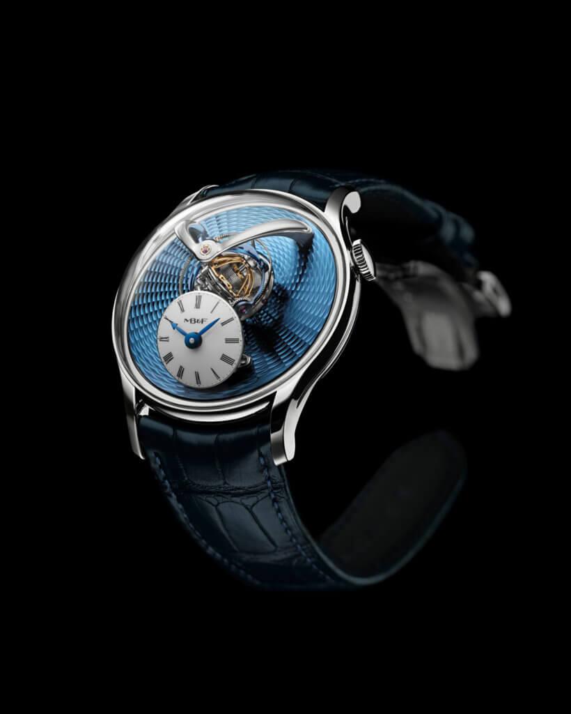 MB&F LEGACY MACHINE FLYING T WATCH 約$837,500 去年在日內瓦鐘錶大賞最佳複雜女錶獎腕錶的這枚腕錶系列活,今年捨棄最初的鑽石錶圈點綴設計,改以玫瑰金、鉑金錶殼展現簡約純粹氣息,突顯面盤上飛行陀飛輪與方便讀時的五十度傾斜錶盤設計,鉑金版腕錶配有扭索飾紋的天空藍面盤,呈現天空意象,別有浪漫的詩意。