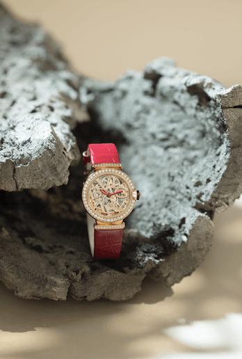 BVGLARI LVCEA SKELETON $241,000 LVCEA Skeleton 腕錶的鏤空錶盤一直美到令人屏息,充分展露腕錶核心的精巧之美,搭載機械機芯,自動上鍊,18K玫瑰金錶殼鑲飾鑽石,配上鏤空BVLGARI標誌錶盤鑲飾鑽石,紅色鱷魚皮錶帶,從閃耀中彰顯活力,無論是出席晚宴還是派對,都能夠在黑夜中閃閃生輝。