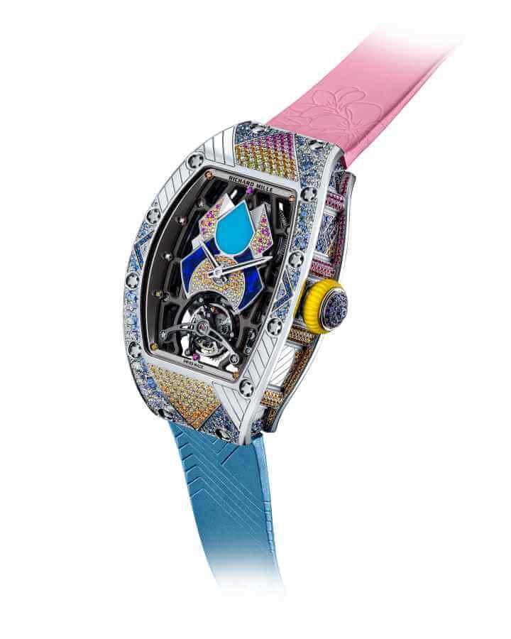 RICHARD MILLE RM 71-01 TALISMAN 約$4,224,000 這枚最新自動上鍊陀飛輪腕錶,從一九七○年代DISCO美學、女性意識的力量、富有啟發性的時代為靈感,並帶有活潑鮮明的配色和大膽的設計,這個七彩斑斕的系列總共有十款設計版本,每一款僅限量七枚,每一個設計都如同耀眼的藝術品,每枚都鑲嵌六至八種不同寶石,更難得的是,整個陀飛輪裝置經歷一千小時研發,厚度僅6.2mm及重量僅八克,顯得特別纖薄。