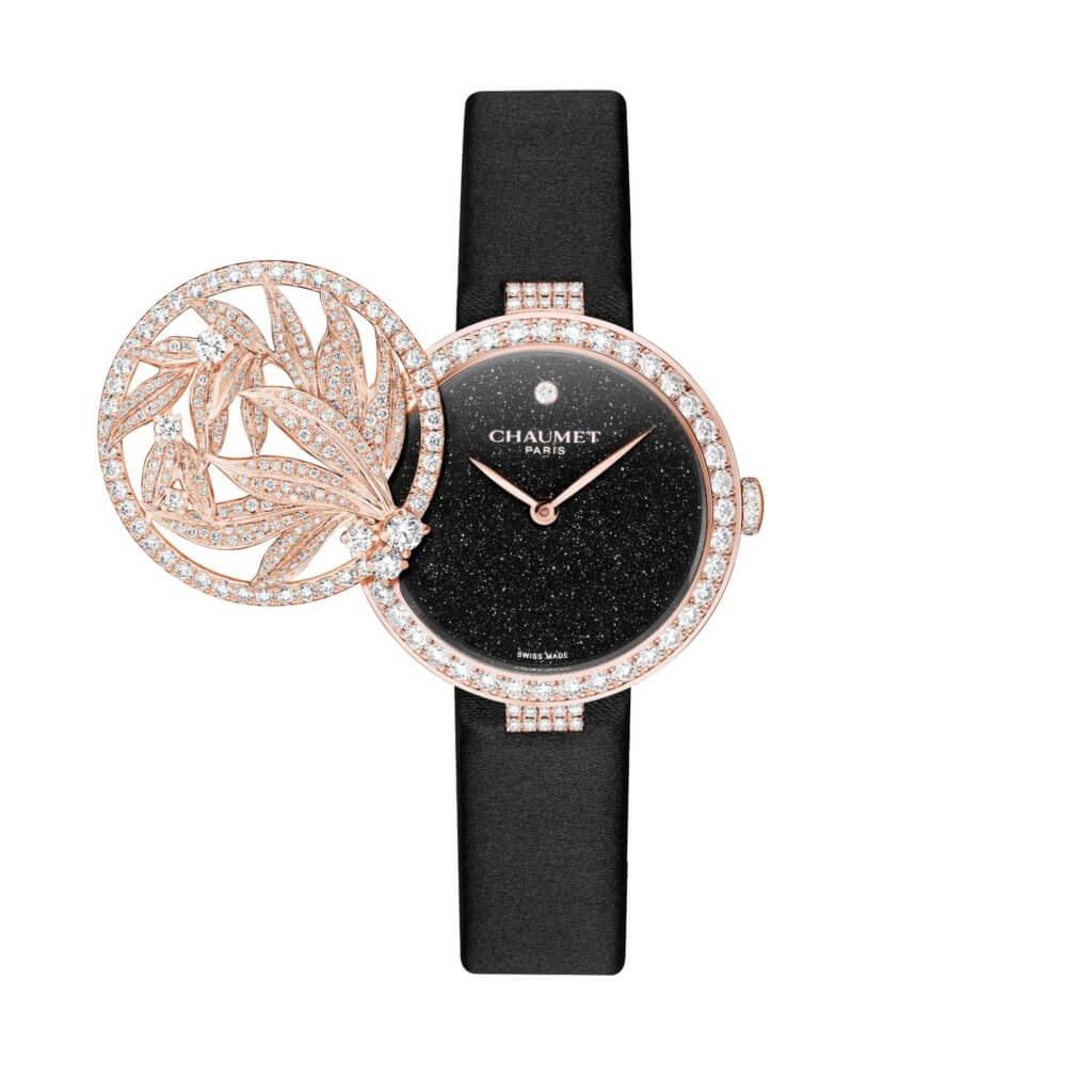 CHAUMET LAURIER $548,000 在過去的兩個世紀中,品牌珠寶師們巧妙地把鑽石和珍稀寶石結合至腕錶製作中,工匠們在無限細小微觀的世界裏,小心翼翼地將錶盒、錶盤及錶鏈加以突出,一直深受高貴氣質的女士歡迎。這枚Laurier神秘腕錶,內置瑞士自動上鍊機芯,錶殼鑲嵌美鑽,搭配砂金石錶盤與黑色緞面錶帶,外形典雅,配搭不同晚裝同樣出色好看。