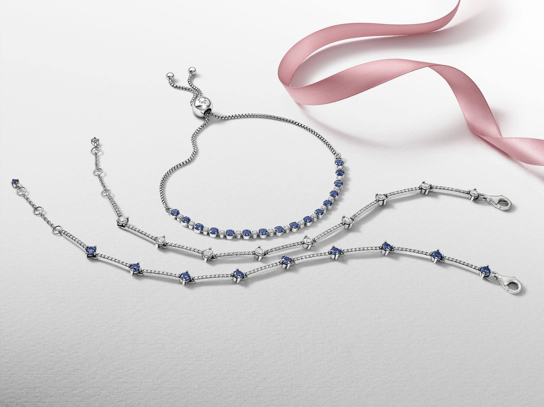 Timeless系列有不少設計選用了經典星空藍色寶石作為主要素材,這款密鑲式設計的藍色寶石手鏈,配以品牌經典滑扣,設計時尚。$899