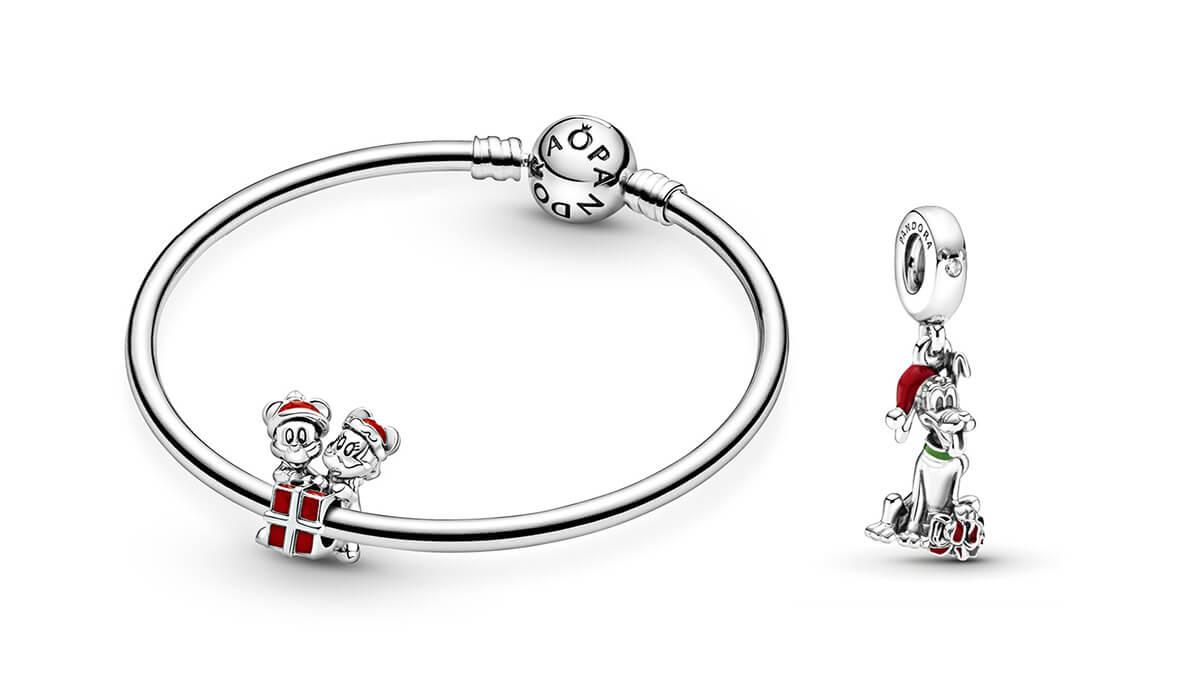 Disney X Pandora聖誕串飾今年再度登場,米奇、米妮與布魯托身穿充滿節日色彩的聖誕紅帽及禮物,與大家一同創造充滿童真及歡樂的聖誕回憶。 迪士尼米奇老鼠與米妮老鼠禮物串飾 $599 迪士尼布魯托聖誕禮物吊飾 $599