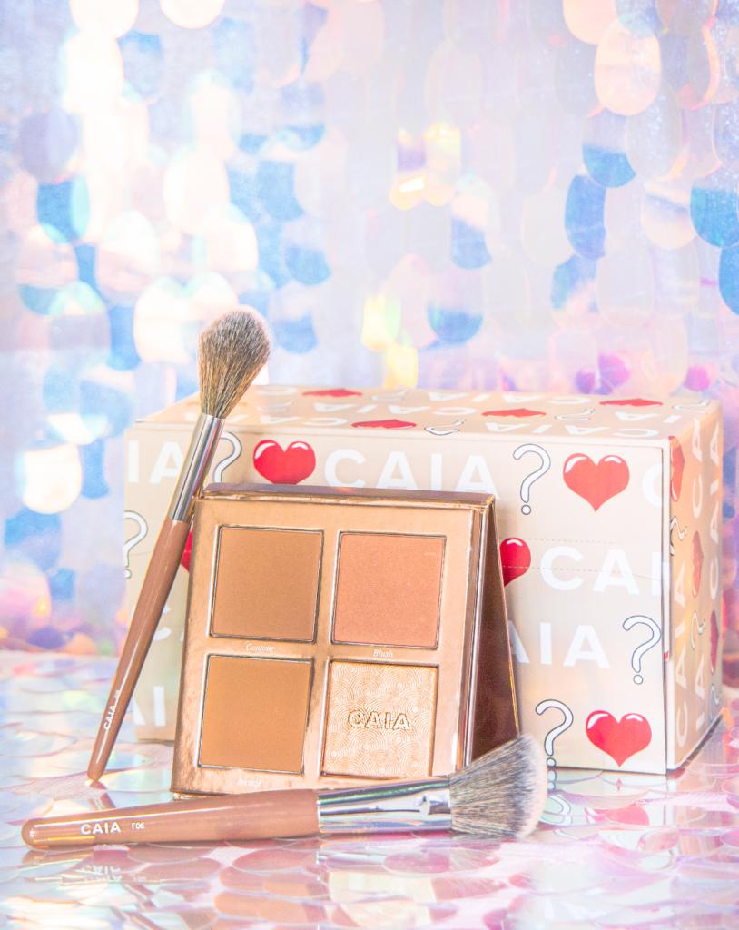 CAIA聖誕神秘禮盒 $630 包括臉部修容盤、化妝掃和化妝袋。修容盤具備胭脂、古銅、修容及光影粉的組合,棱鏡效果(Prisma technology)讓妝容更立體,輕易發揮不同妝容效果。