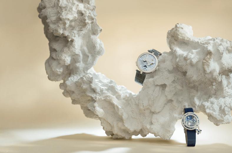 (FROM TOP TO BOTTOM) VAN CLEEF & ARPELS LADY ARPELS RONDE DES PAPILLONS $985,000 此枚腕錶透過部分鏤空鑲鑽面盤下層的彩色寶石轉盤旋轉,呈現晝夜以及四季更迭的意象,其中包括可能影響機芯運轉的寶石轉盤厚度限制以及重量,還有在寶石鑲爪上繪製的色彩,使旋轉盤看起來更加飽和,加上三十八毫米白K金錶殼,錶圈鑲嵌鑽石,錶冠嵌飾單鑲鑽石,一一成為這枚腕錶更臻完美的關鍵。 VAN CLEEF & ARPELS CHARMS ROMANCE PARISIENNE RETROUVAILLES $545,000 這枚三十二毫米白K金錶殼,以及單鑲美鑽錶冠的腕錶,譜寫了一段浪漫的愛情故事,分別刻劃一對愛侶在巴黎最具象徵意義的地點相會,利用錶盤逐漸增加的尺寸,反映日漸熾盛的愛火。而象徵幸運的吊飾,亦隨着戀情的發展徐徐綻放;這些方寸天地中的每項細節,印證了品牌對傳統工藝的珍愛與故事的傳達性。