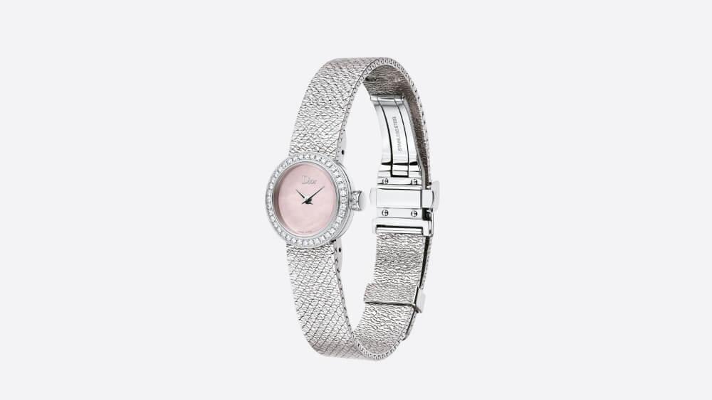 DIOR LA MINI DE DIOR SATINE $40,900 一個女人戴上男人的腕錶,為的是永遠把他放在心上,這是二○○三年時,La D de Dior腕錶誕生的初衷。當然時至今日,品牌的女裝錶可說以女性自身出發,採用高級珠寶的材料,如黃金、鑽石和裝飾性寶石,突顯優雅一面。十九毫米不鏽鋼錶殼,錶圈和錶冠鑲嵌鑽石,防眩光藍寶石水晶錶鏡;以及粉紅色珍珠母貝錶盤,拋光處理太子妃式指針,從細節出發。