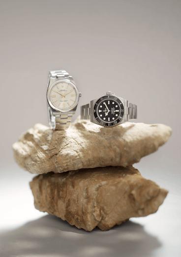 (FROM LEFT TO RIGHT) ROLEX OYSTWE PERPETUAL 41 $46,000 Oyster Perpetual系列一直被視為品牌的入門經典,其簡潔的設計相當有力,但性能上更為令人驚喜,擁有防水一百米的蠔式錶殼,中層錶殼以整塊實心蠔式鋼製成,不易腐蝕。今次特別的是首次推出全新3230型自製機芯,具備新設計的專利Chronergy擒縱系統,以鎳磷製成,不受磁場干擾。 ROLEX OYSTER PERPETUAL SUBMARINER $63,100 新一代Submariner秉承一九五三年推出的原款腕錶之傳統與理念,但加入現代元素,搭配黑色Cerachrom外圈、黑色錶面及特大夜光鐘點標記,已經先聲奪人,加上腕錶配備單向旋轉外圈與實心鏈節蠔式錶帶,顯得特別瀟灑。