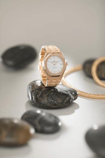 AUDEMARS PIGUET FROSTED GOLD $397,000 AND K.I.S.S BRACELET $80,900 Audemars Piguet與品牌合作無間的意大利女性珠寶設計師Carolina Bucci再度攜手,呈獻K.I.S.S. (Keep It Super Simple)珠寶系列。其珠寶作品看似簡單,實則需以極繁複的古老精湛工藝打造,特別是將二○一六年面世的愛彼雙擺輪擒縱系統,巧妙融入寬版手鐲的設計當中。這項享有專利的調節系統,將兩個擺輪和游絲固定在同一個軸心上,令其同步振動,大幅提升了腕錶走時的精準度與穩定性。特別欣賞從鏤空機芯的正反兩面都可見精巧的雙擺輪裝置,空靈的美感極具吸引力,於細微的心思盡顯不平凡。