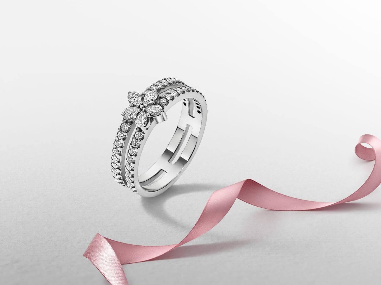 雪花輝耀雙圈戒指設計充滿層次感,其雙圏式設計營造疊戴效果。$699