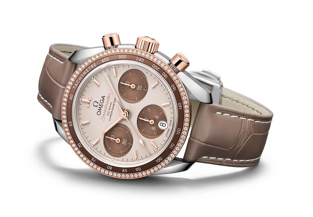 "OMEGA SPEEDMASTER 38 COAXIAL CHRONOMETER CHRONOGRAPH $137,700 今年看到韓國女子天團Blackpink主唱ROSE在時尚雜誌中佩戴這款超霸系列18K Sedna™計時腕錶,令人想到這款中性設計在女人身上是如此有型。其鑲有光面磨砂金錶圈,啡色鋁環刻有測速計刻度,加上""Cappuccino"" 錶面綴飾啡色橫向橢圓形計時盤,六時位置設有直向橢圓形日曆窗,時分針及計時錶秒針經白色夜光塗層處理,當中還鑲嵌鑽石並使用同軸擒縱機芯,展現俐落個性。"