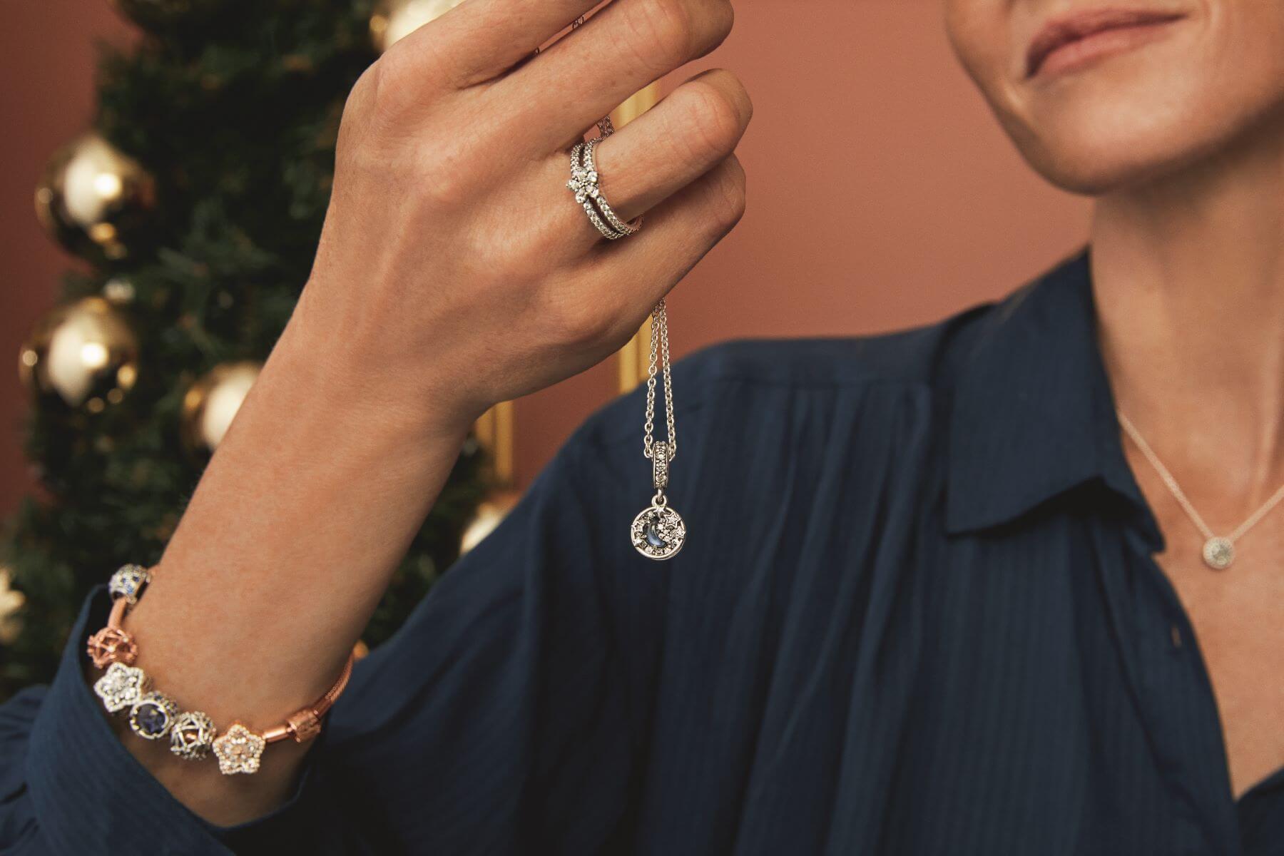 星形雪花圖案主題珠寶系列,巧妙地結合浪漫星宿及充滿冬日色彩的雪花設計,此圖案更代表着溫暖之意,在這佳節送給至愛友好,猶如為對方送上祝福和溫暖。