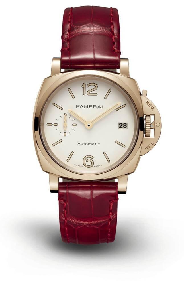 PANERAI LUMINOR DUO PAM1045 $116,000 因為大尺寸腕錶的興起,三十八或四十一毫米尺寸的腕錶,現在成為女性佩戴的搶手尺寸。 剛好品牌的Luminor Duo系列一直以「纖薄」為特色,其中三十八毫米的PAM1045腕錶,具備玫瑰金錶殼,小三針與日期的功能,P.900自動上鍊機芯可在透明的後底蓋欣賞,加上可替換的錶帶,帶來色彩穿搭的高度可能之外,重要是整個設計線條流暢分明,不知不覺散發簡約氣質。