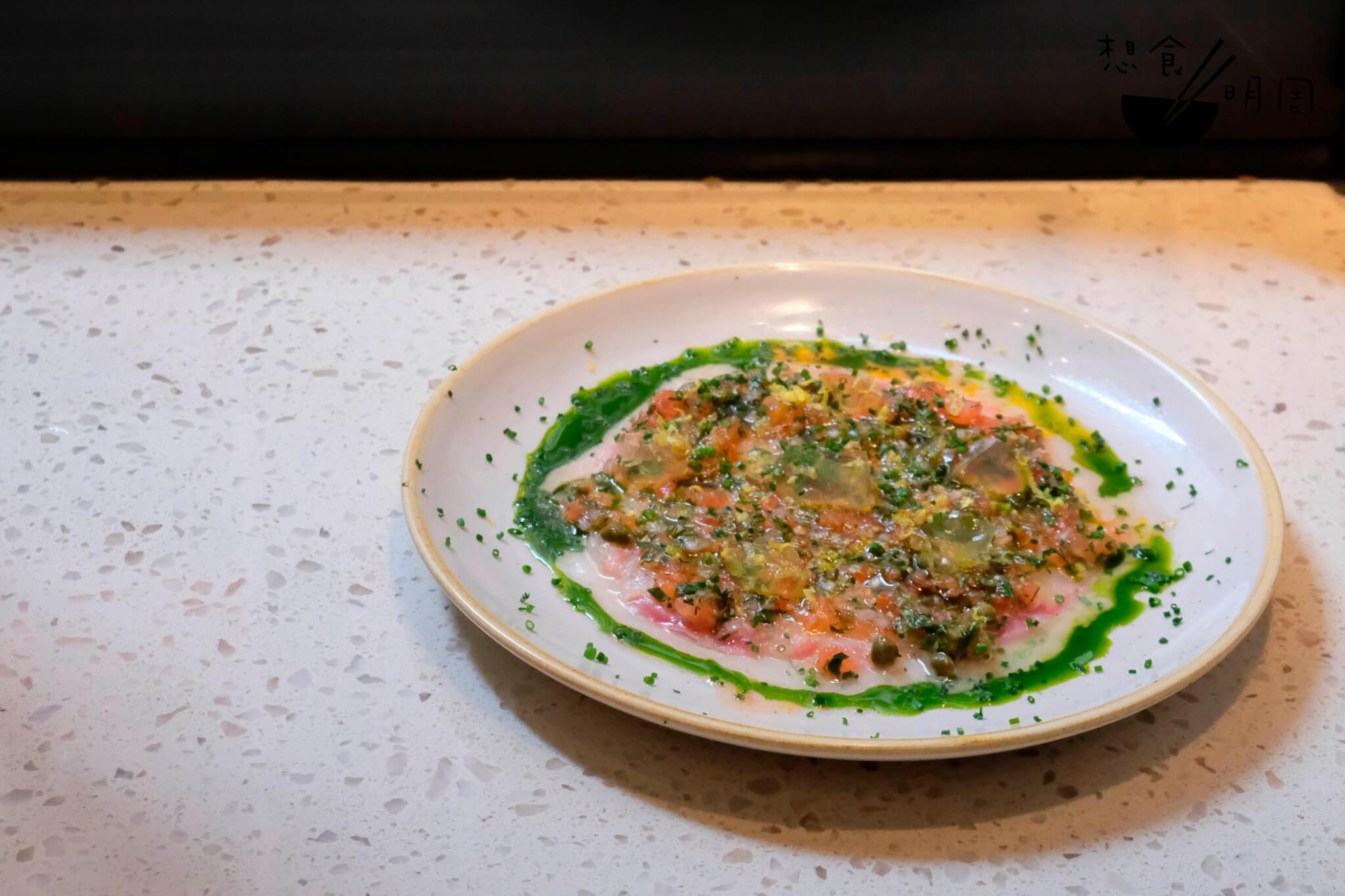 生鮮鯛魚(Sea Bream)魚片,配上了以橄欖油、檸檬汁、羅勒葉等組合而成的Vierge醬汁。