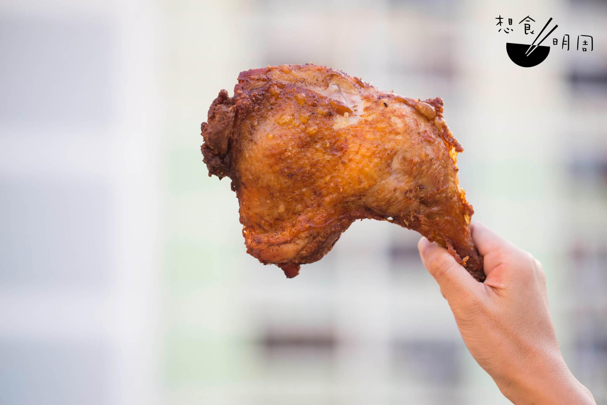 特大雞髀 // 雞髀有手掌般大,香料味道馥郁紛 陳,老闆曾生說成本不菲:「也試 過想換便宜點的醃料和香料,卻做不出以前一貫的味道,故繼續採 用。」($27)