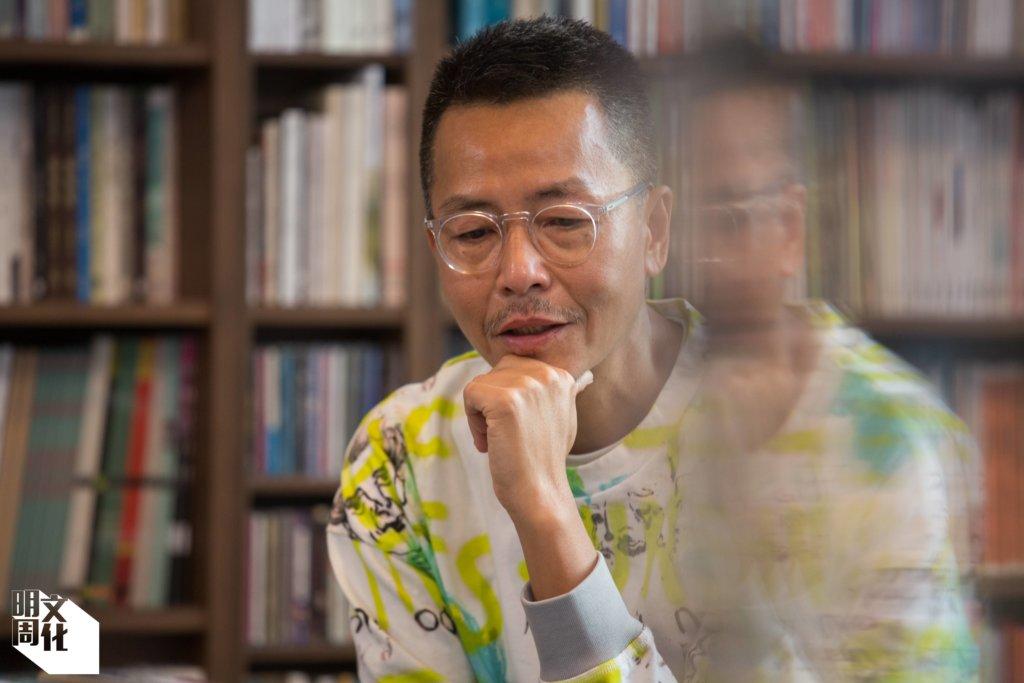 周耀輝,一九六一年生,畢業於香港大學英國文學及比較文學系,曾從事多種媒體工作。著名詞人,一九八九年發表首份詩作,其後三十年詞作逾千首,亦著有散文集《紙上染了藍》、故事集《一個身體,兩個人》等。現為香港浸會大學文學院人文及創作系副教授,從二○一一年至今開辦九屆歌詞班。