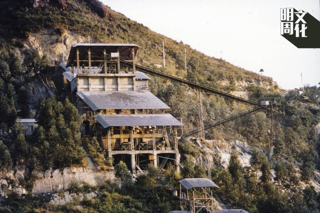 1950年馬鞍山礦石年產量達十六萬九千多噸,圖中的選礦廠每日吞吐大量礦石,運往山腳的碼頭上船。(圖片由香港文化博物館提供)