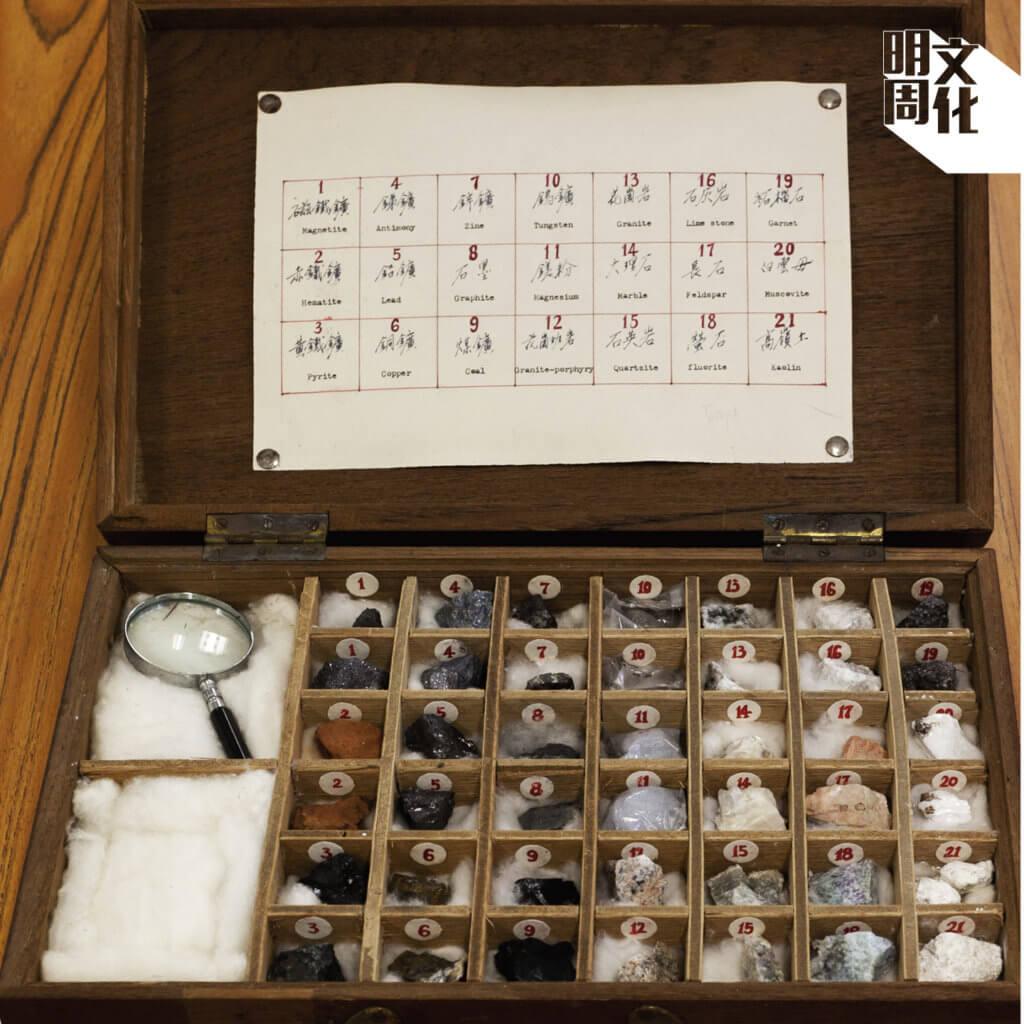 馬鞍山聖若瑟小學陳校長從櫃子裏掏出這箱人手製的礦石標本,是當時礦場員工送贈前任校長的禮物。