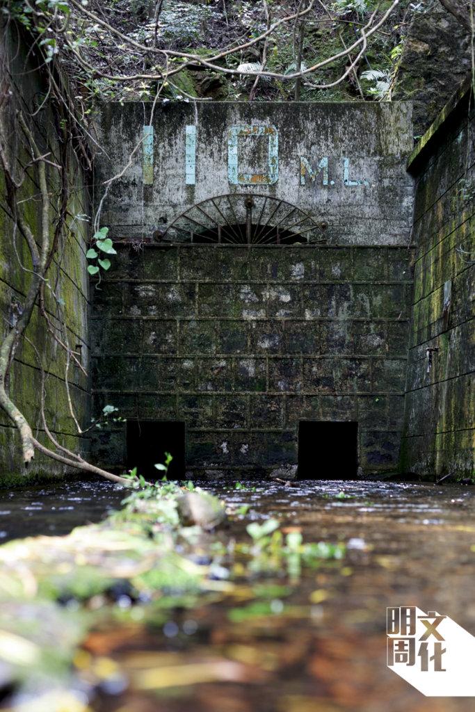 110輸礦隧道現已被石牆封口,礦洞積水及膝,但仍阻礙不了行山發燒友入內探險。