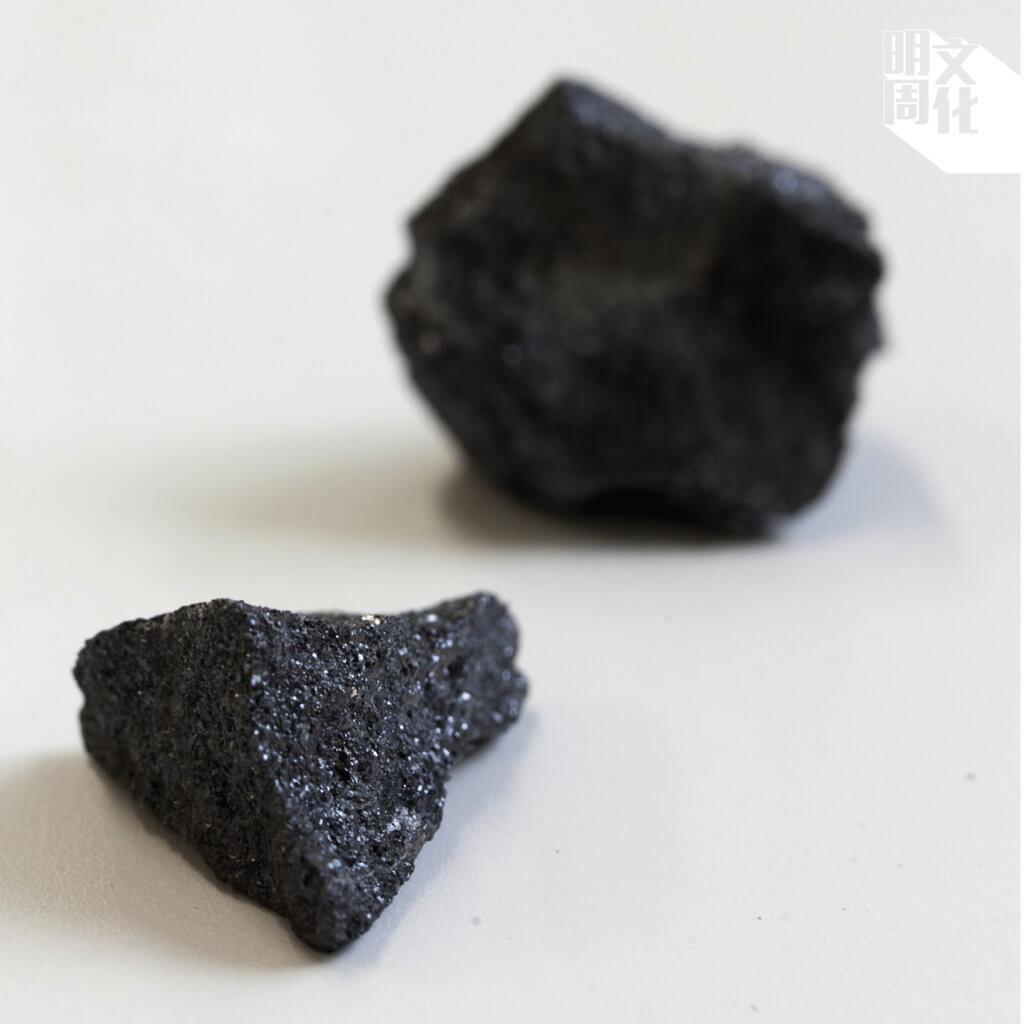 今時今日,只要帶着磁石上山,還能找到不少黑亮亮的磁鐵石。