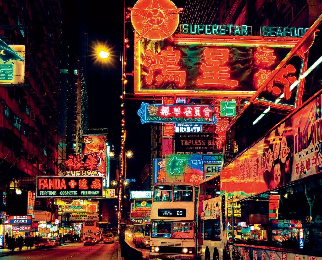 Keith MacGregor鏡頭下的彌敦道,盡是五光十色的霓虹招牌。(圖片由Keith MacGregor提供)