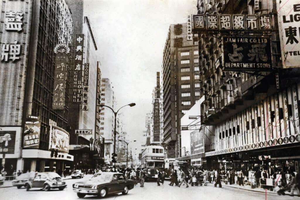 二次大戰後香港工業邁向蓬勃,消費市場亦連帶具宣傳作用的招牌一同冒起。(圖片由明報資料室提供)
