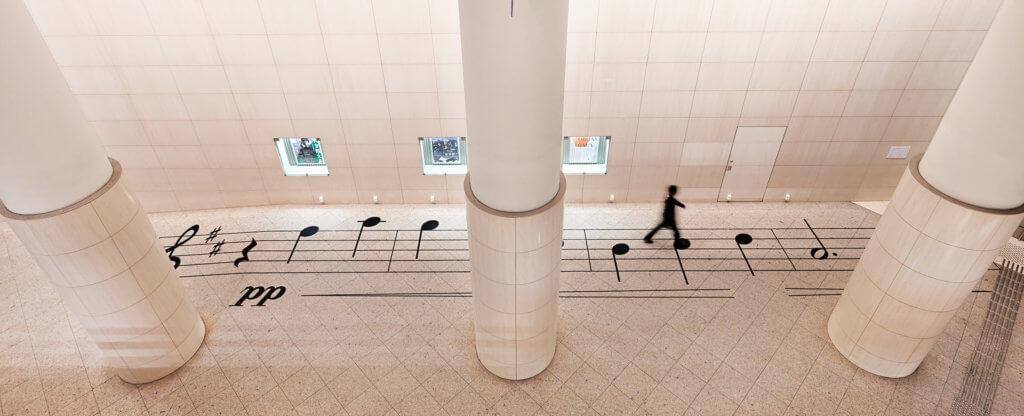 每個音符的距離正好是1.8m,提醒人們在排隊時保持適當距離。