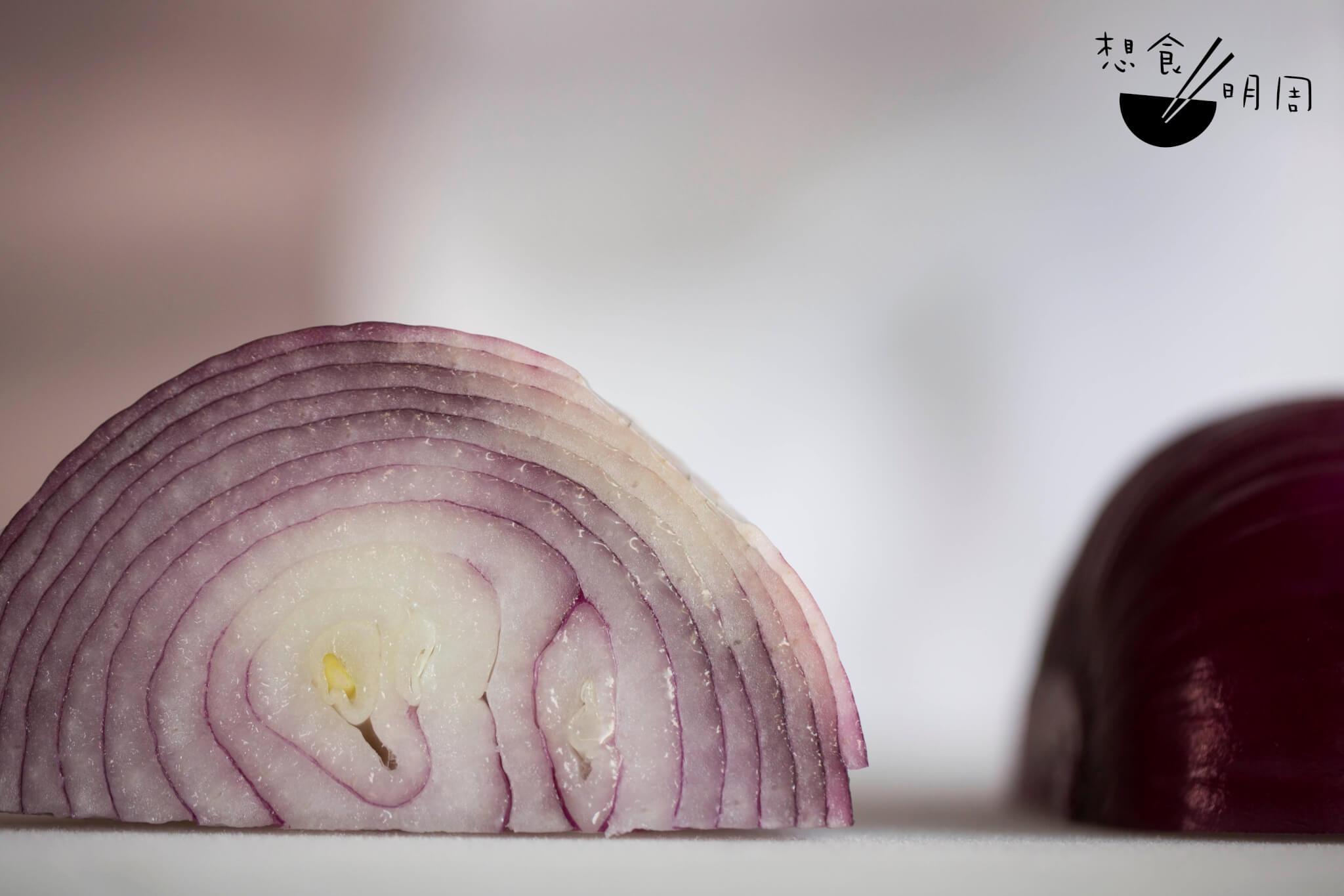 這樣一個紫洋蔥,明明也是嫩白的肉,卻覆上了一層紫衣。