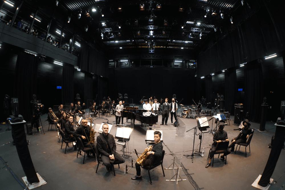 有別於一般線上音樂會,RubberBand的《!》音樂會找來音樂人Patrick Lui、十三位管樂手、兩位和音,以及一位敲擊樂手共同演出。