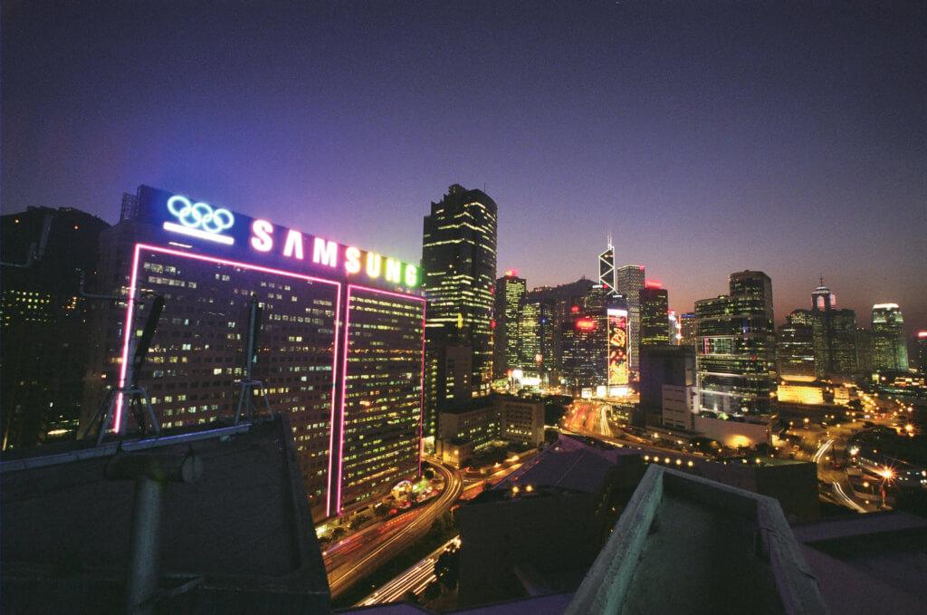 於2005年建成的Samsung霓虹招牌,橫跨兩幢大廈,是當時香港最大的霓虹招牌。(圖片由POAD提供)