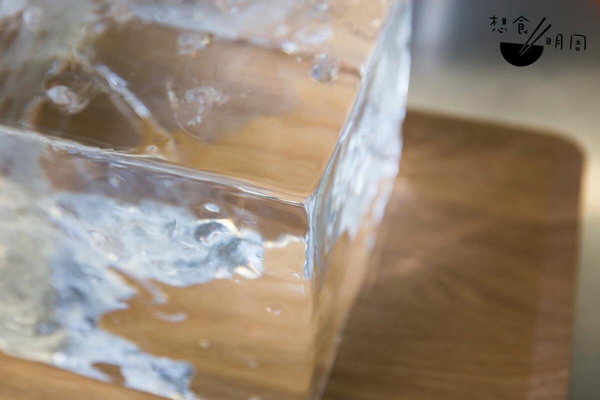 日本冰的結冰點、水源、酸鹼度都與本地冰的不同,入口的確比較絲滑輕盈。每塊冰磚只可造出七至八杯刨冰,非常珍貴。