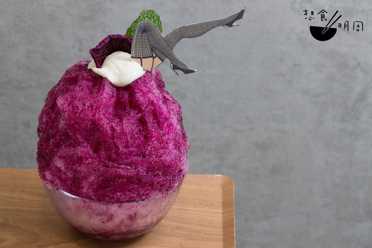 汪阿姐火龍果冰($100)// 一碗刨冰能夠與阿姐齊名,靠的是其多變又奪目的口感與外表。外層充滿火龍果鮮甜醬汁、爽口椰果和爆炸糖的刺激,就像阿姐每次出場一樣,總能帶給觀眾驚喜。