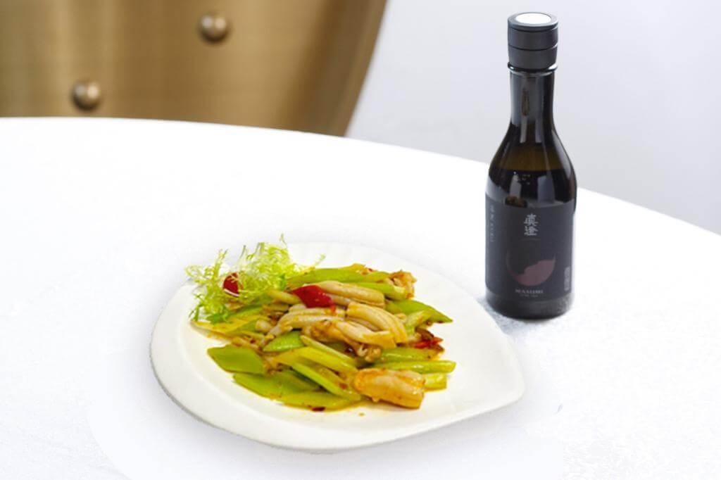 XO醬翡翠炒桂花蚌 配 真澄 潻黑KURO 純米吟釀 (酒體豐盈的清酒與蚌鮮和醬香剛好形成配搭。)