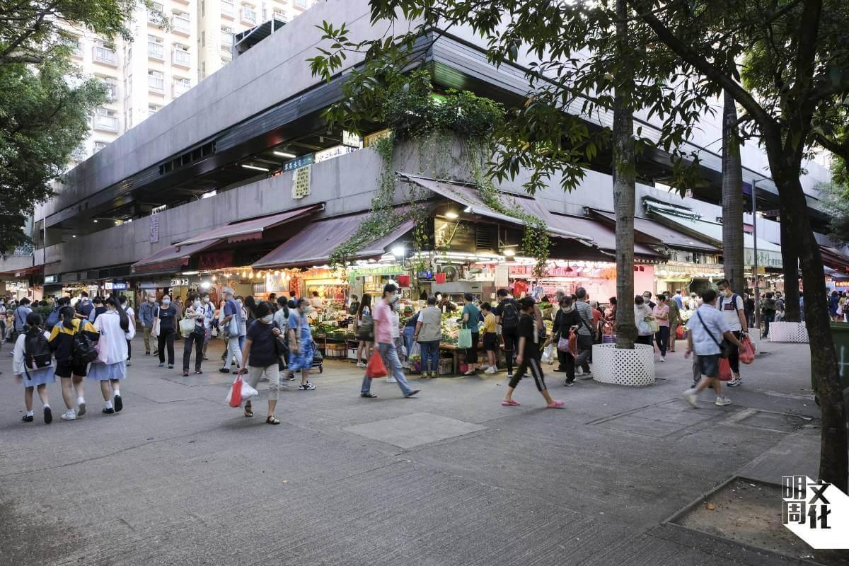 翠屏街市的路比其他街市闊,有更多空間放置回收物。街市現時設了實驗區,讓回收者存放膠箱。