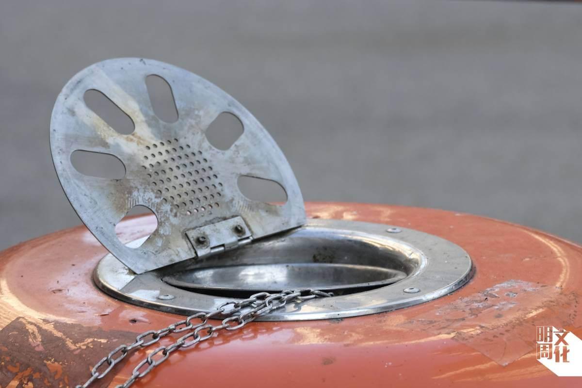 程早前提出新的垃圾桶煙灰缸設計,令清潔工倒煙灰時毋須拿起整個桶。