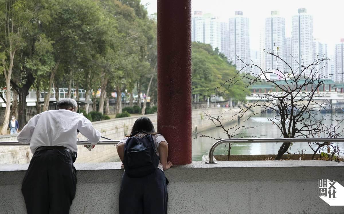 跟Vicky沿河散步,遇上橋上垂釣的伯伯,她即場「偷師」其釣魚心得。