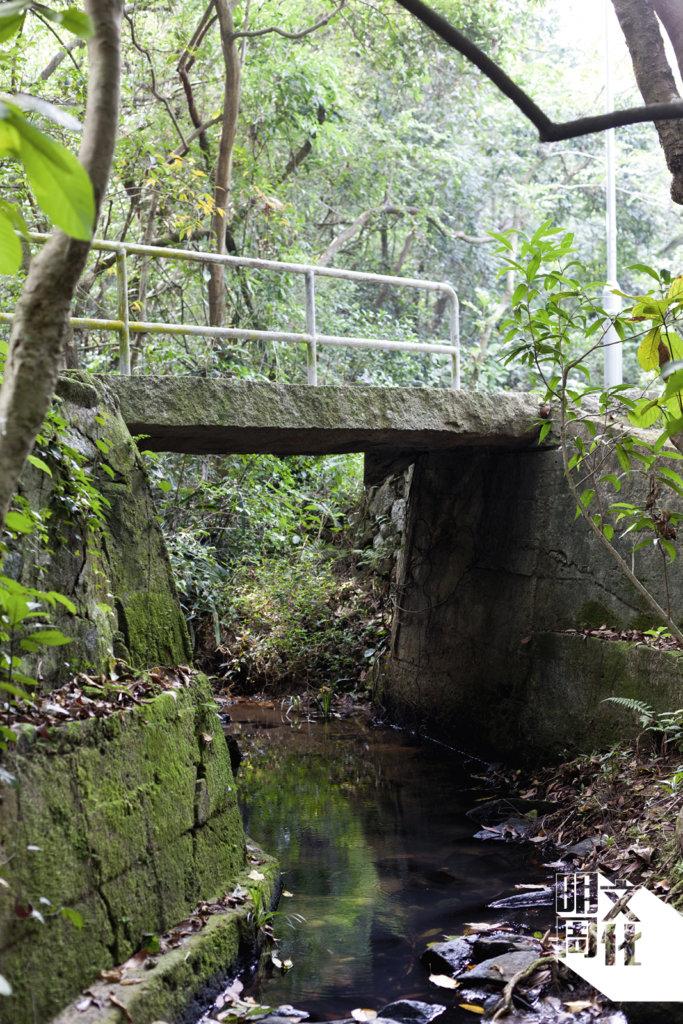同一條古橋, 石屎加闊後還加上欄杆。