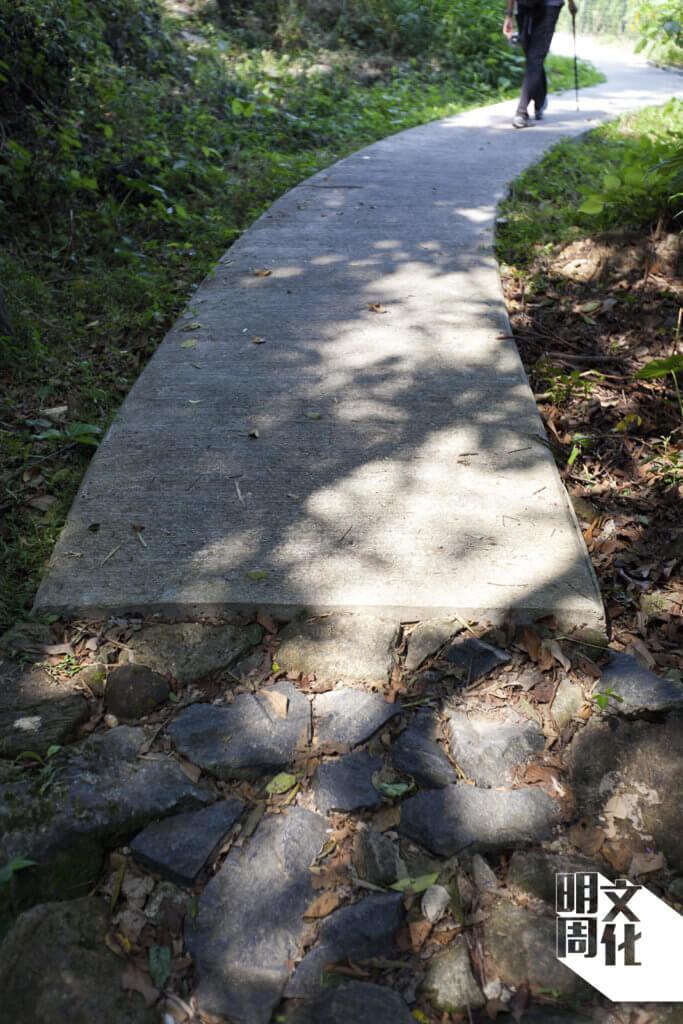 在石砌的古道上鋪上石屎, 新舊村路自此同體。