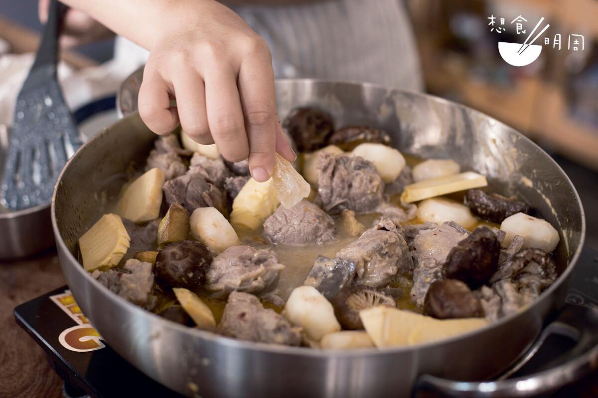 放大量薑塊,可辟除羊膻氣味。