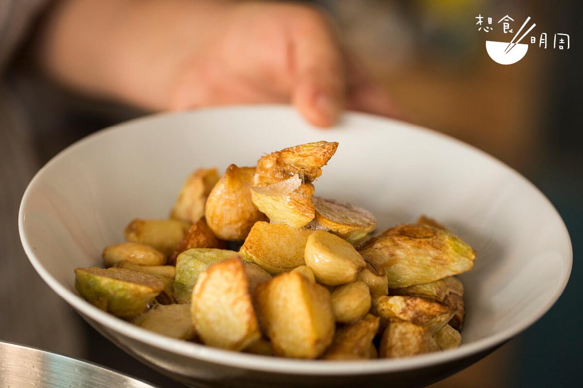 炸過的薑塊,吸索了湯汁後,鬆化又入味,分分鐘比羊腩更為搶手。
