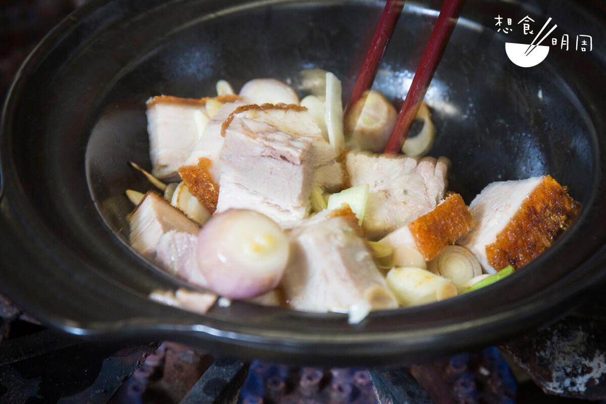 鑊氣這回事,並不是拿着筷子隨意撩撥就有……而是靠廚師的經驗去目測食材的生熟程度。