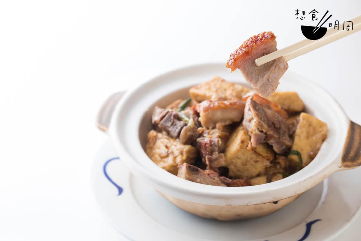 大馬站煲// 以蝦醬、豆腐和火腩速煮而成的啫啫煲,是那些年「轎伕的浪漫」。