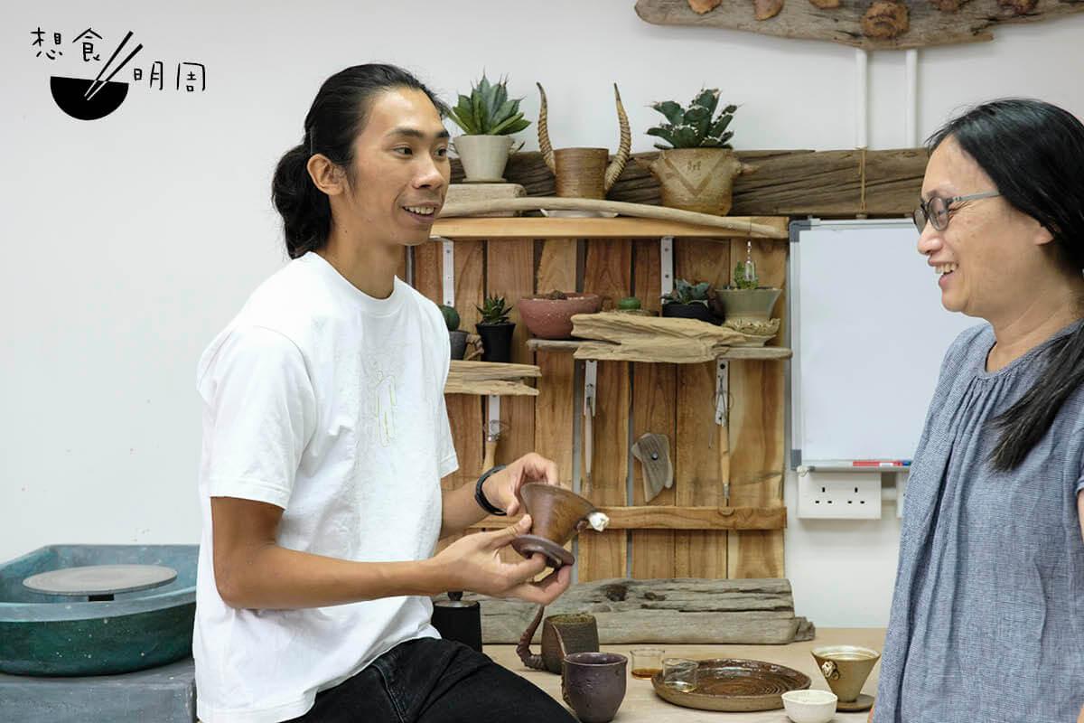 學生Ega(右)喜歡喝咖啡,因此鼓勵姚俊樺(左)試着做一隻咖啡濾杯。