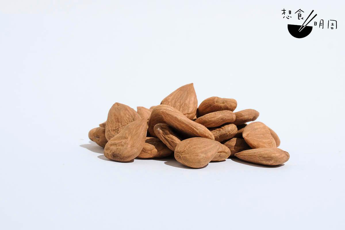 美國杏仁屬巴旦杏,屬性平和,有潤肺及潤腸的功效。現時多用作零食、西式烘焙,以及打成素奶。