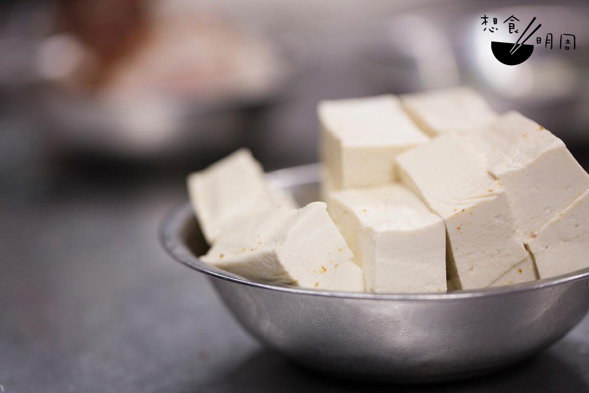 將豆腐切件油炸,再放入鍋內燒煮,吸盡醬汁的豆腐實在令人回味!