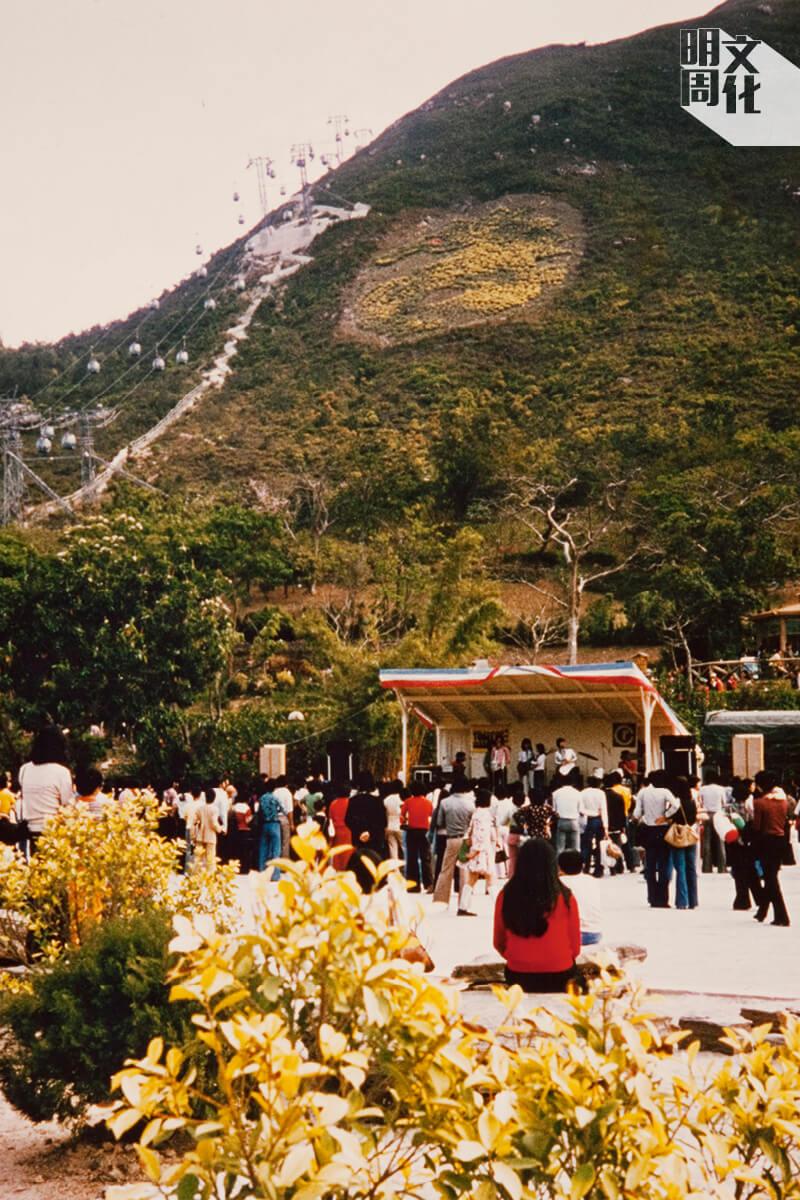 山下的淡水湖原意是作為多用途的活動地區,讓市民談談情跳跳舞,還可以舉辦小型演唱會和表演,難怪成了不少情侶的拍拖勝地。