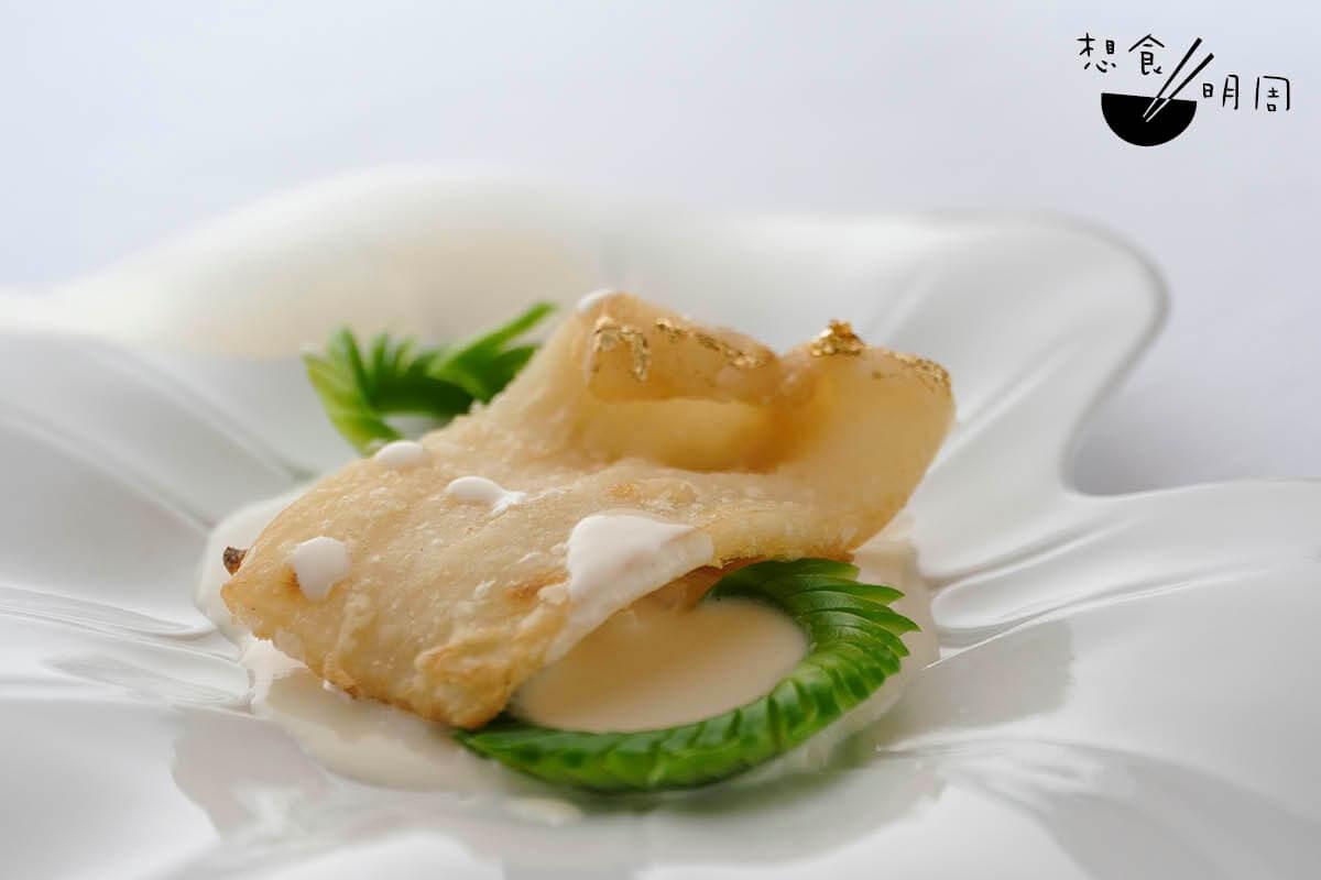 杏仁濃湯煎花膠//Jayson的自創菜式。用巴基斯坦鹹水鱸魚膠,浸發後泡在杏仁濃雞湯中兩小時,撲上蛋漿,然後用猛火煎在外脆內軟糯,最後不忘用金箔點綴。伴脆百合片。($338)